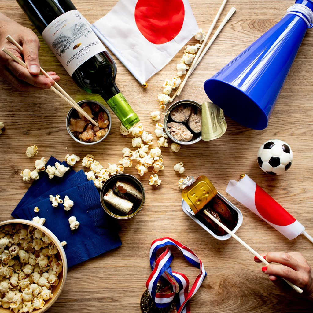 ボルドーワインと缶ツマでおいしく盛り上がるサッカー観戦のイメージ画像1